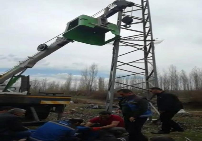 Sepet ters döndü, FEDAŞ çalışanları 6 metreden aşağı düştü
