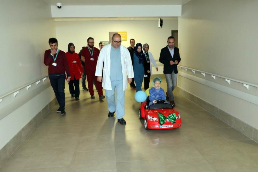 Çocuklar ameliyata akülü arabayla eğlenerek gidiyor