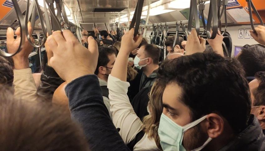 Metroda hattında arıza sosyal mesafeyi unutturdu