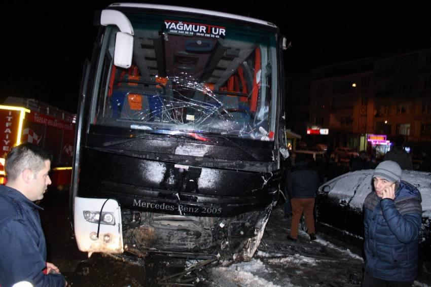 Yolcu otobüsü kaza yaptı: 4 yaralı