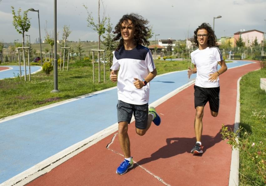 Atletizmde şampiyon olan otistik ikizlerin büyük başarısı