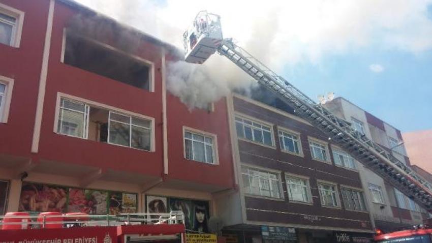 Alev alev yanan binada kurtarılmayı bekledi