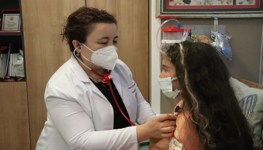 Doktorun tesadüfen muayene ettiği minik kız kör olmaktan kurtuldu