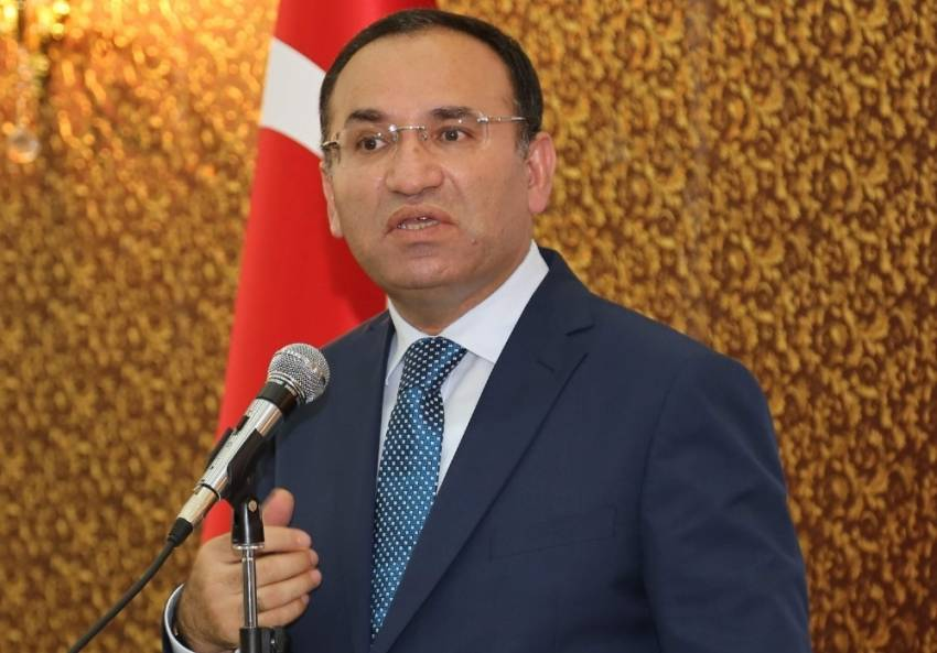 Bakan Bozdağ: Türk bayrağının yanında başka bayrak...
