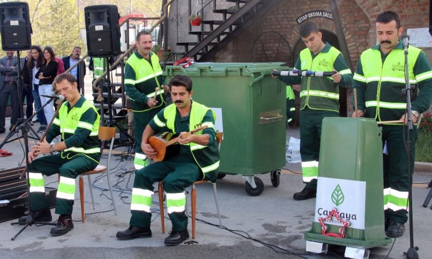 Temizlik işçileri çöpten müzik çıkardı