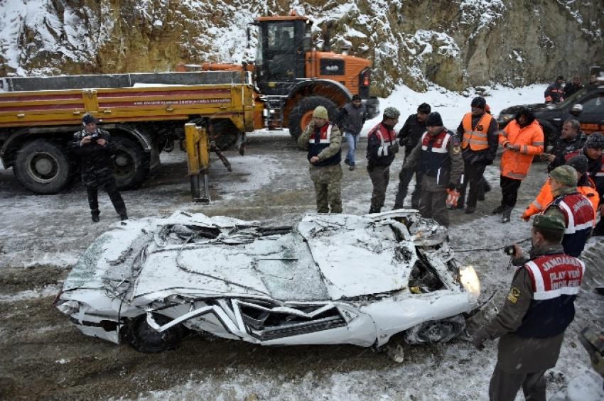 TIR otomobili biçti: 2 ölü