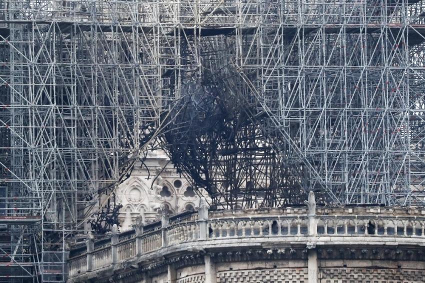 Notre Dame Katedrali'ndeki yangın 8,5 saatte söndürülebildi