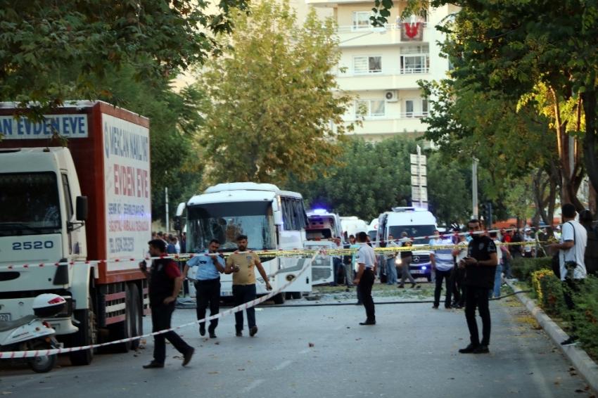 Mersin'de polis servis aracına bombalı saldırı: 12 yaralı