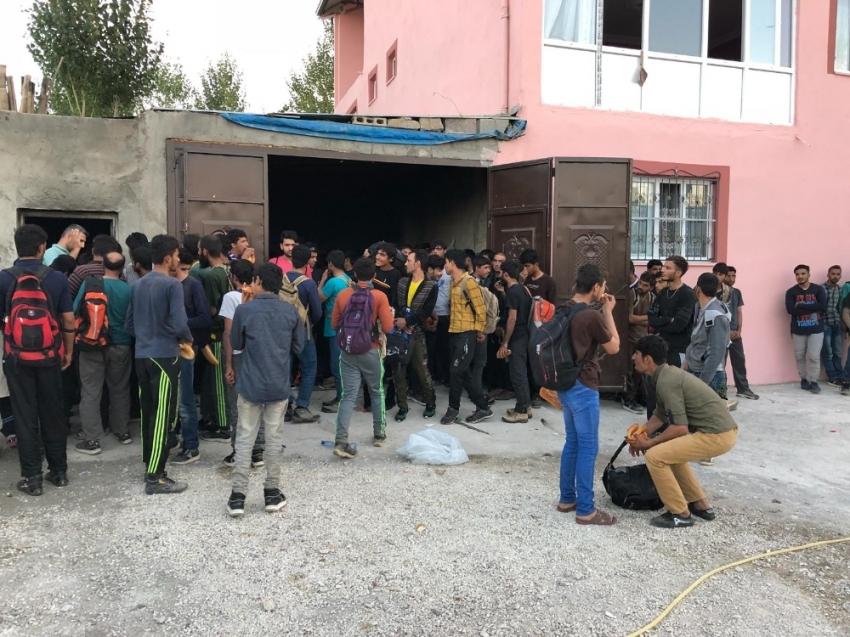 Garajdan 244 kaçak göçmen çıktı