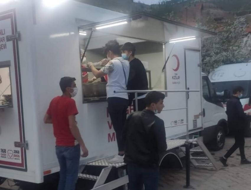 Şehit evi ve mahallesine iftar yemeği dağıtıldı