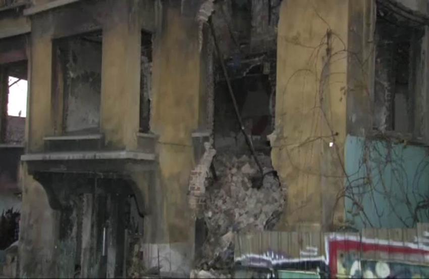 Beyoğlu'nda metruk bina kısmen çöktü: 1 ölü