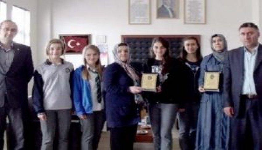 Bursalı öğrenciler yolda 10 bin dolar buldu!