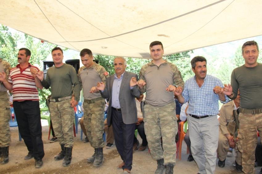 Asker ve halk birlikte halay çekti