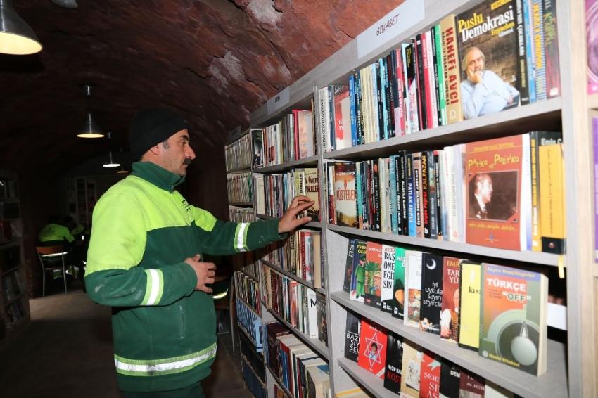 Çöpe atılan kitaplardan 15 bin kitaplık kütüphane kurdular