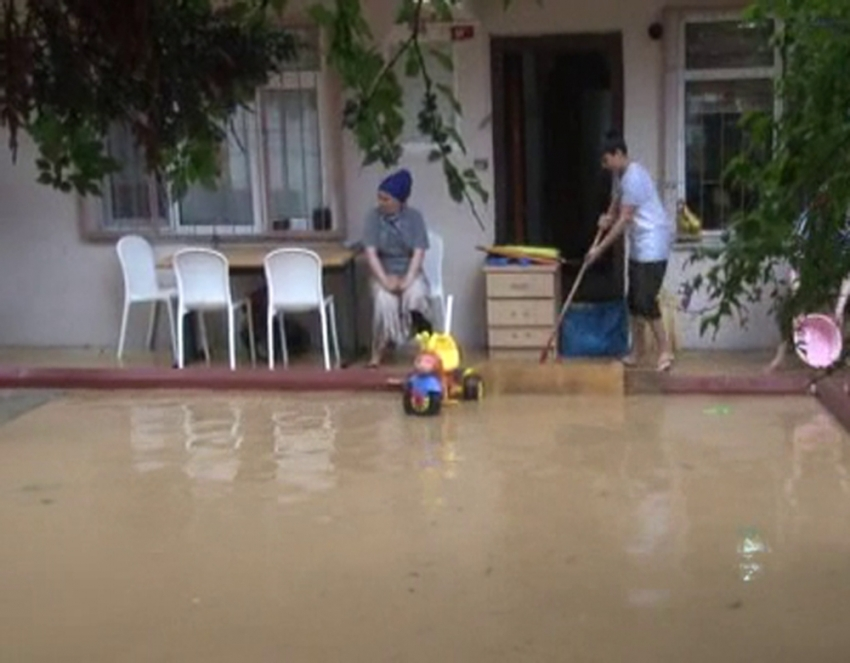 Yolları ve apartman girişlerini su bastı
