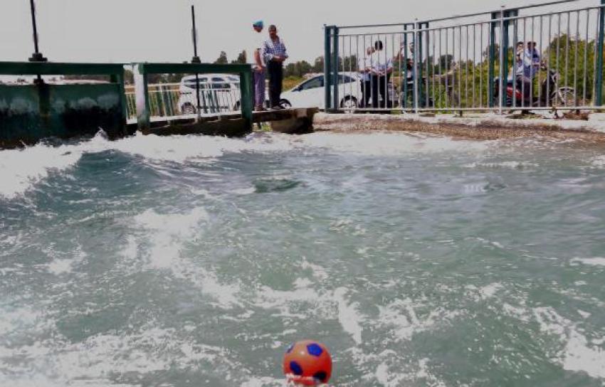 Topunu almak için suya düştü ve...