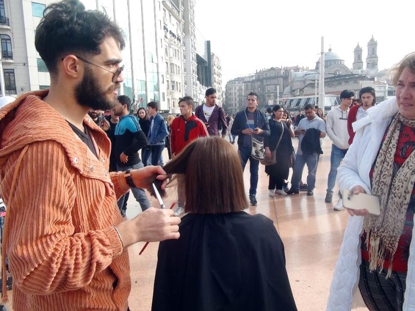 Taksim Meydanı'nda saç kesimi yaptı, ilgi odağı oldu