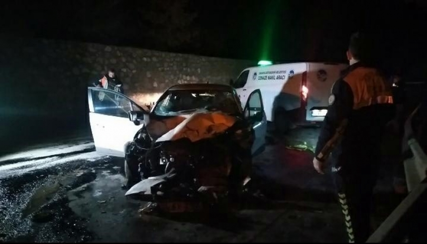 D-100'de otomobil, tıra arkadan çarptı: 1 ölü, 2 yaralı