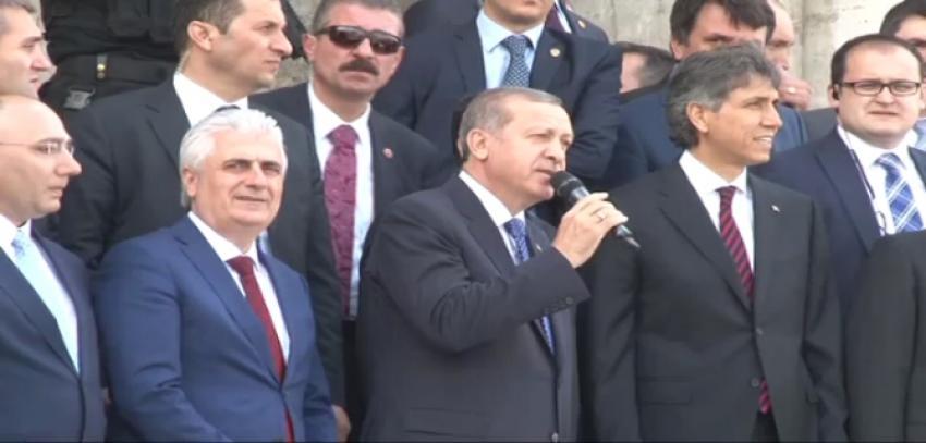 Erdoğan'a cami çıkışında yoğun ilgi