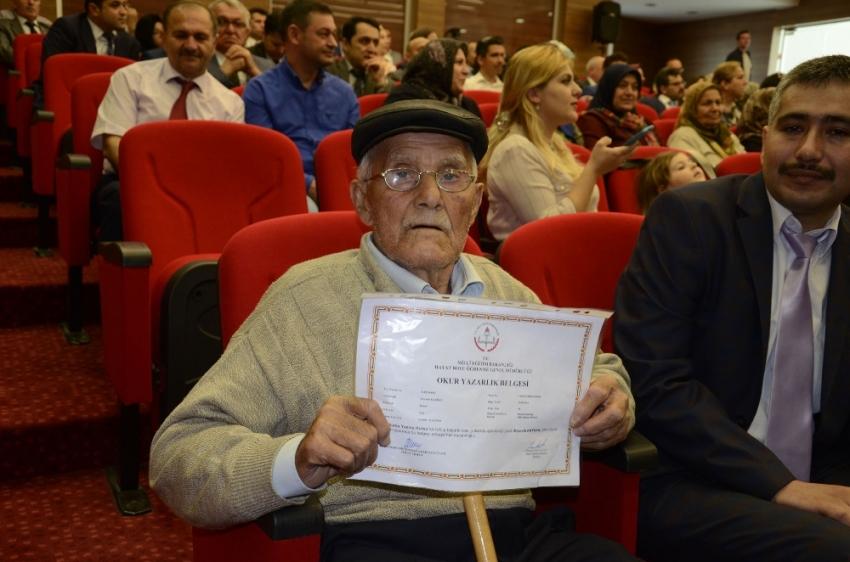 Mustafa Amca 82 yaşında okur-yazar oldu