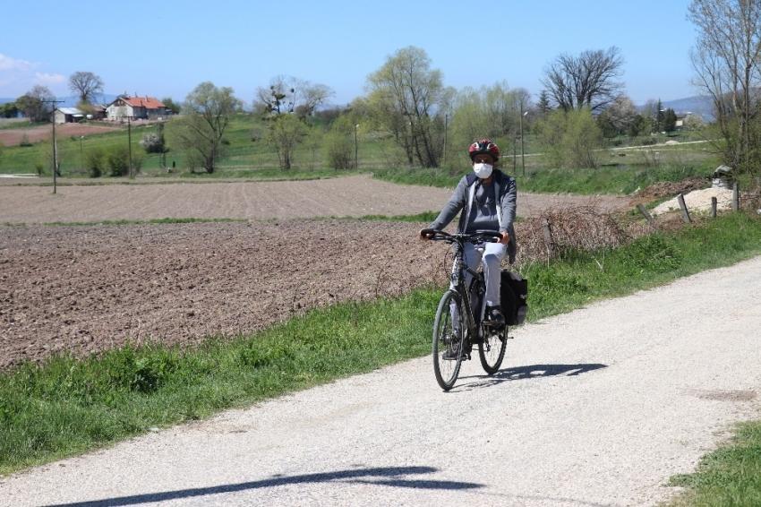 Bisikletiyle 28 kilometre yol giderek öğrencilerine kitap dağıtıyor
