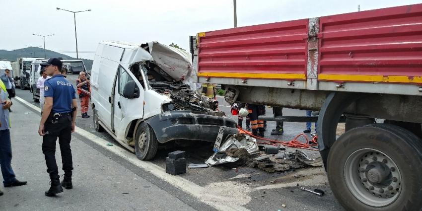 Otobanda 4 araç birbirine girdi:1 ölü