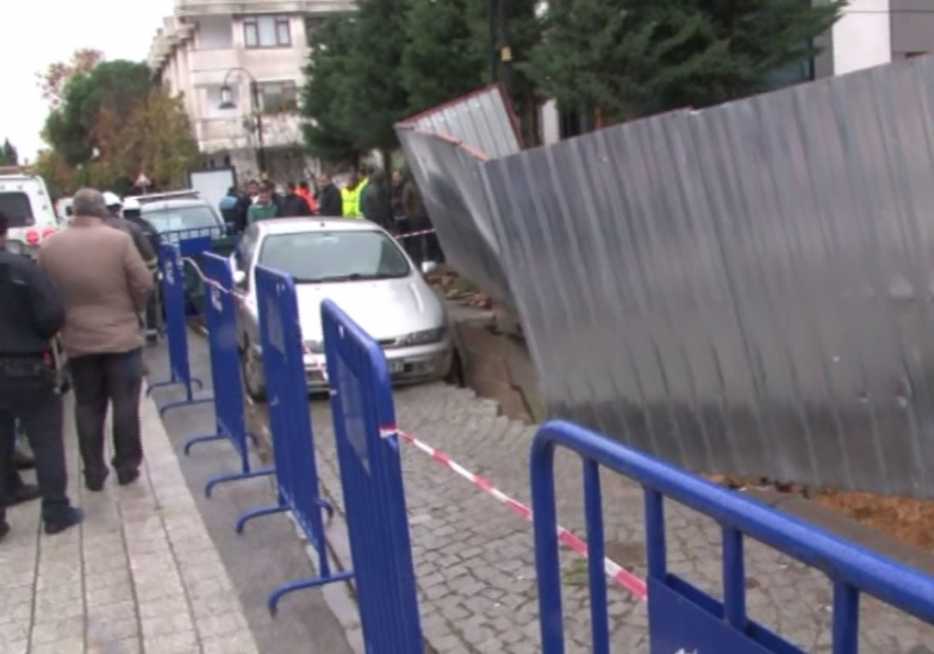 İstanbul'da yol çöktü, otomobil askıda kaldı