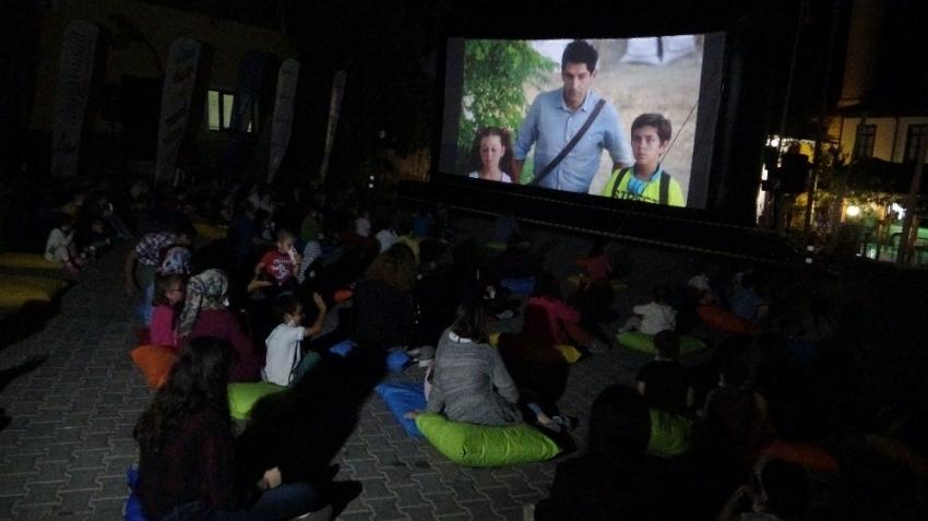 Köyde yaşayan çocuklar sinema keyfini açık havada yaşadı