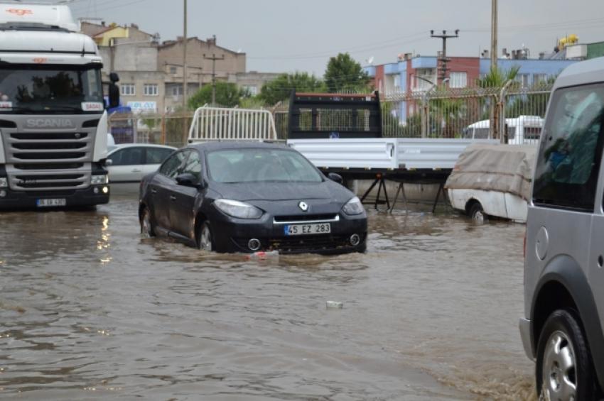 Sağanak yağış kenti felç etti