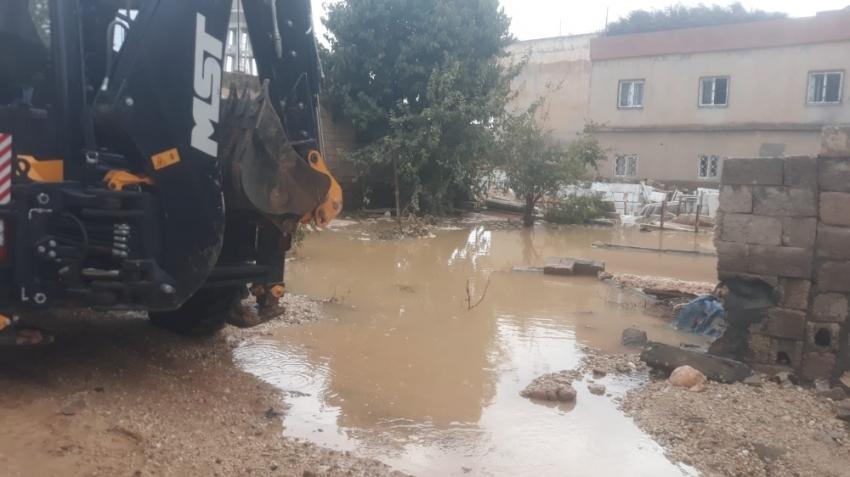 Su borusu patladı: Mahalle su altında kaldı