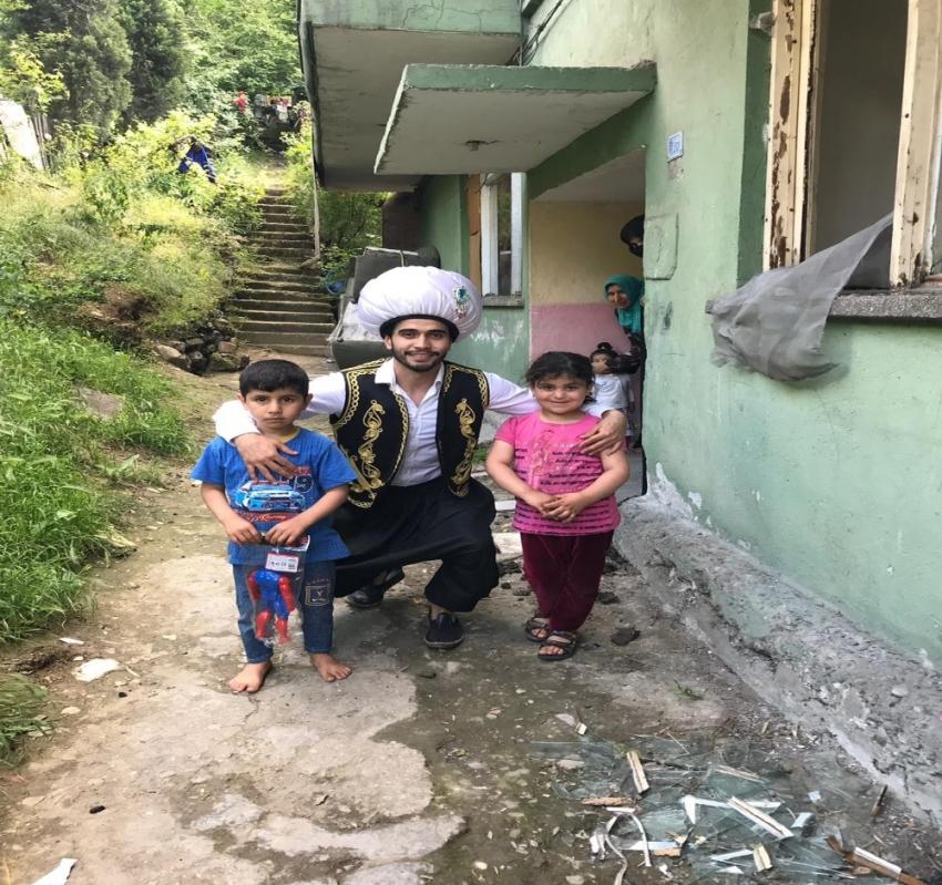 25 çocuğu 'Alaaddin'in Sihirli Lambası' ile sevindirdi