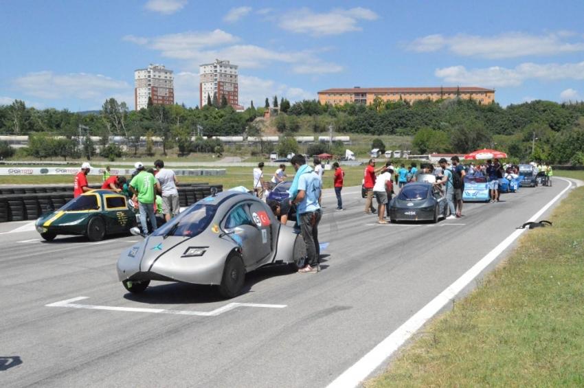 Tasarladıkları elektrikli araçlarıyla kıyasıya yarıştılar