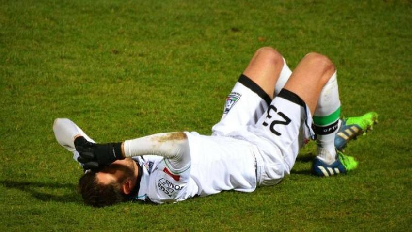 Futbolcu rakibini ısırdı