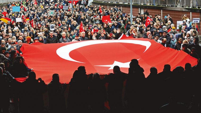 Almanya'da Türkler ırkçılığa karşı yürüdü