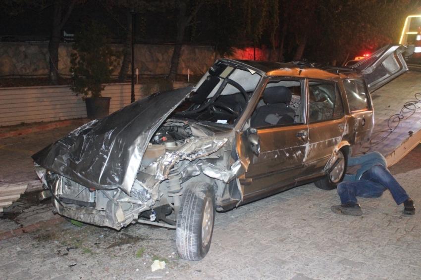 Otomobil restoranın bahçesine girdi: 1'i ağır 2 yaralı