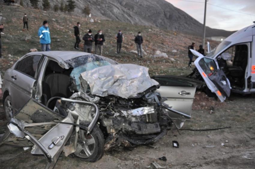 Otomobil ile ambulans kafa kafaya çarpıştı: 3 ölü, 3 yaralı