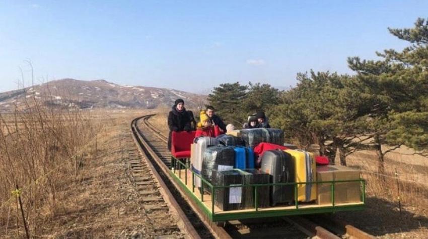 Kuzey Kore'yi drezin iterek terk etmek zorunda kaldılar