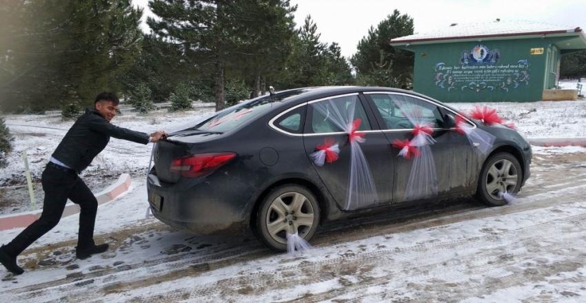 Yolda kalan gelin arabasını damat itti