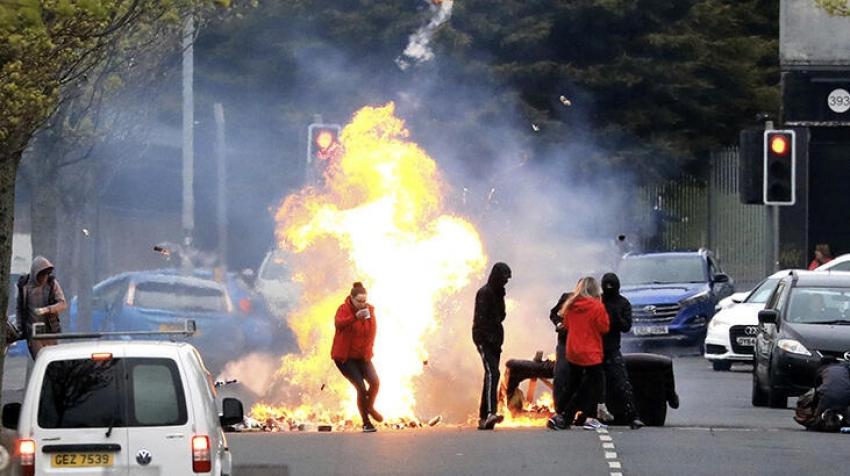 Kuzey İrlanda'da polis memurunun arabasında bomba bulundu!