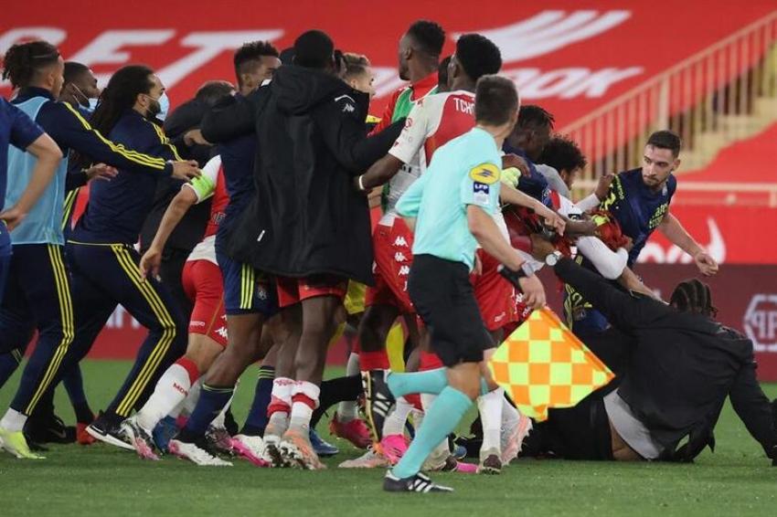 Monaco - Lyon maçında büyük kavga