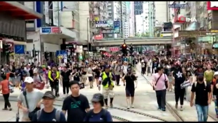 Hong Kong'da on binlerce kişi yeniden sokaklarda