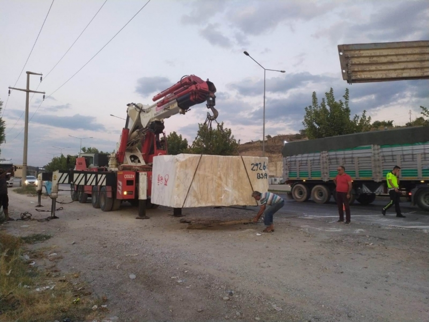Tırdaki 22 tonluk mermer blok otoyolun ortasına düştü