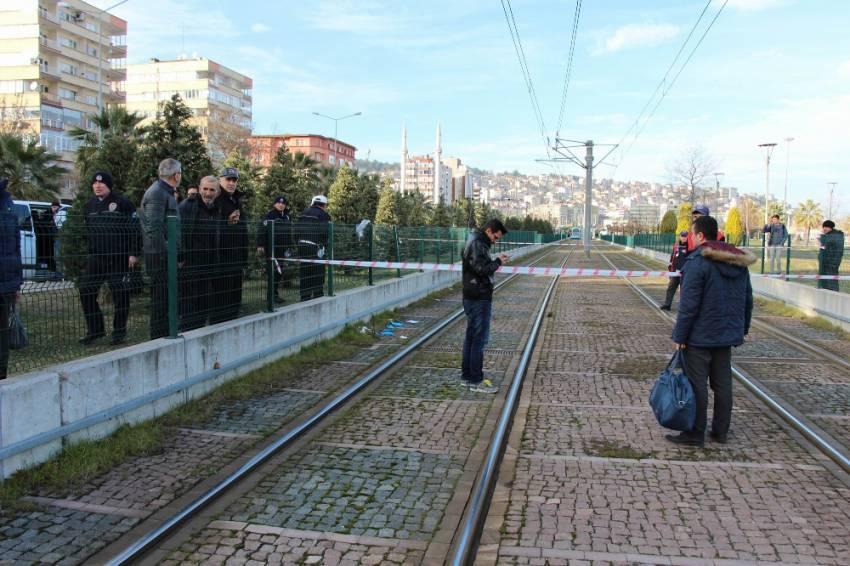 Tel örgülerin üzerinden atladı, tramvayın altında kaldı