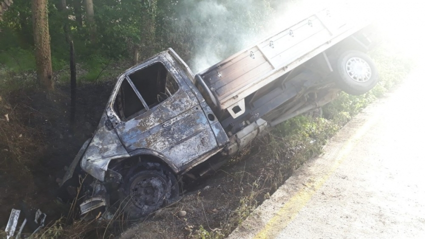 Şarampole yuvarlanan kamyonet alev aldı