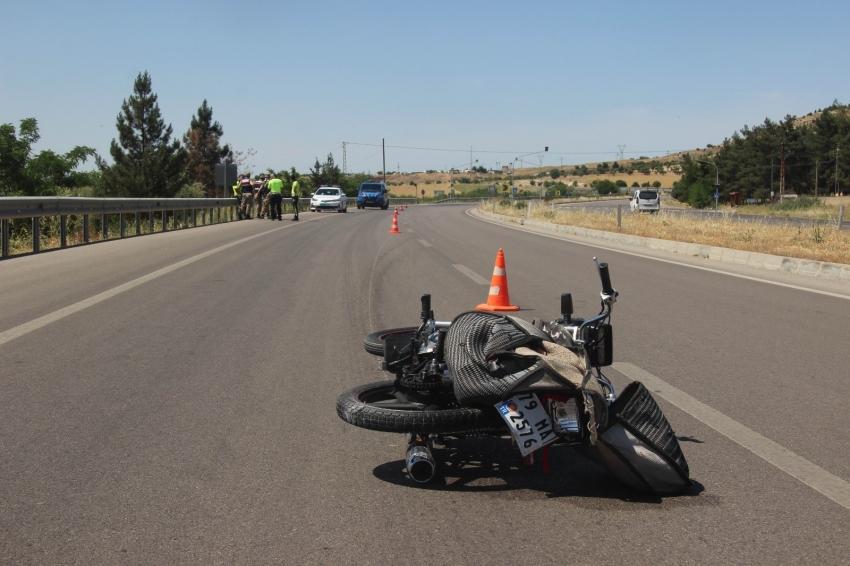 Otomobil motosiklete çarptı:1 yaralı