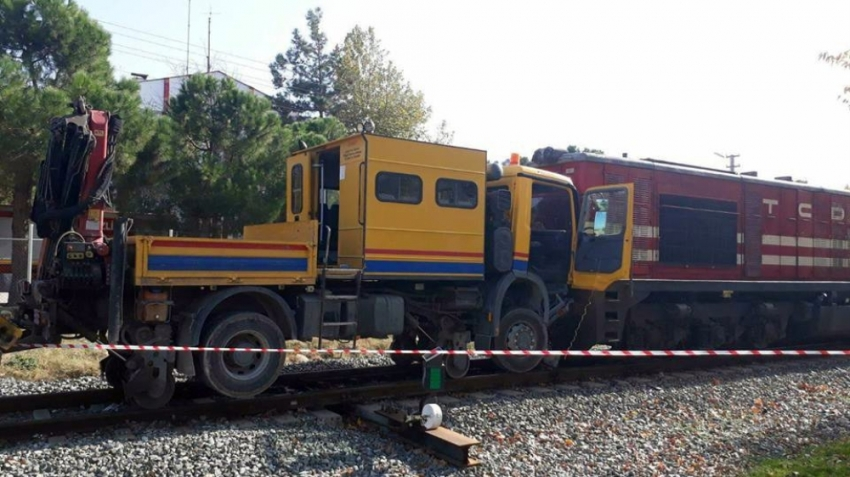 Yük treni bakım aracıyla çarpıştı: 3 yaralı
