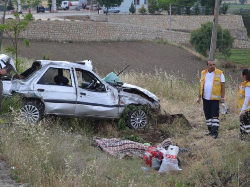 Otomobil bariyerlere çarptı: 1 ölü 3 yaralı