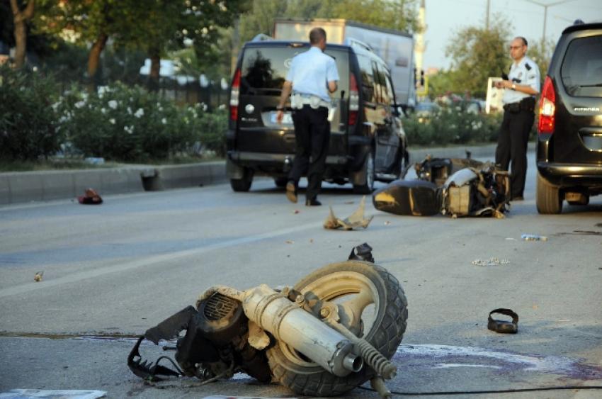 Otomobil motosikleti ikiye böldü! 1 ölü
