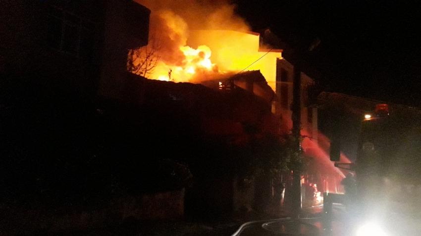 Evde yangın: 2 ölü, 3 yaralı