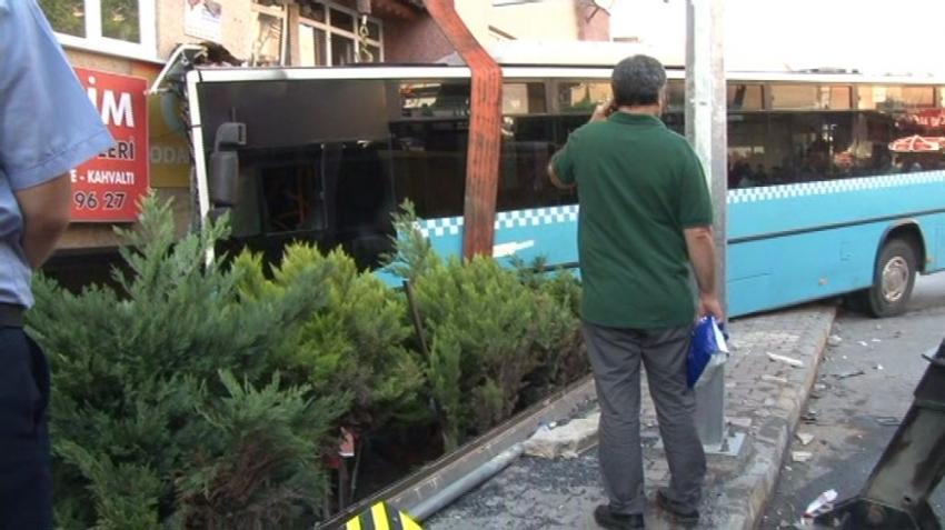 Halk otobüsü binaya girdi: 4 yaralı